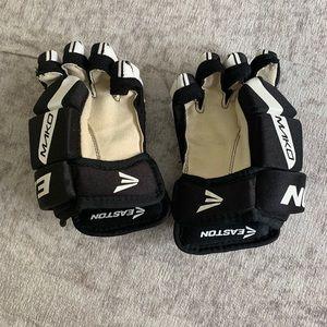Easton youth medium hockey gloves good condition